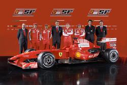 Chefdesigner Nicholas Tombazis; Marc Gene; Felipe Massa; Teamdirektor Stefano Domenicali; Kimi Räikkönen; Luca Badoer; Chef für Motorenentwicklung Gilles Simon; und Aldo Costa mit dem neuen Ferrari F60