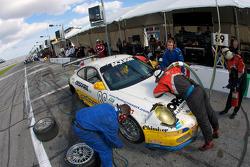 Pit stop for #89 Farnbacher Loles Racing Porsche GT3: Pierre Kaffer, Giacomo Petrobelli, Gabrio Rosa, Giorgio Rosa, Allan Simonsen