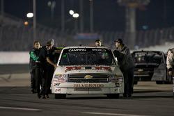 Le truck Chevrolet de Brandon Knupp est ammené à la grille de départ