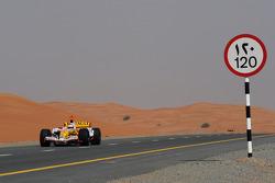 Ромен Грожан едет на Renault F1 R28 по шоссе в Дубае