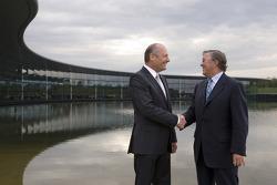 Ron Dennis,Yönetim Kurulu Başkanı, McLaren Automotive, ve Richard Lapthorne, Fahri Yönetim Kurulu Ba
