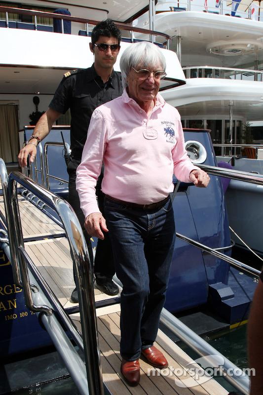 Bernie Ecclestone verlaat de FOTA-meeting met Flavio Briatore, teambaas Renault F1 Team