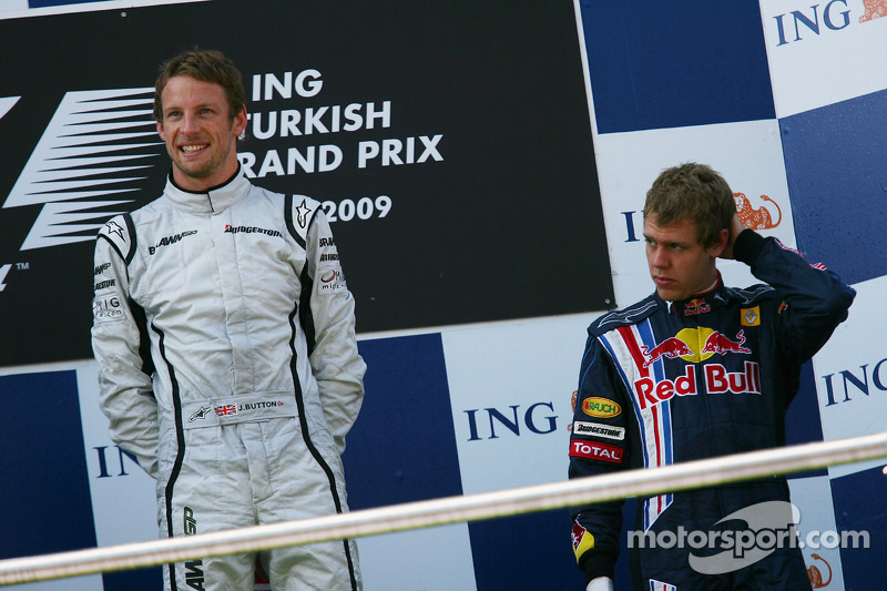 Подіум: переможець Дженсон Баттон (Brawn Mercedes) і третій призер Себастьян Феттель (Red Bull Renault)