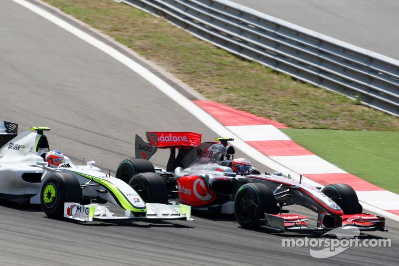 Хейккі Ковалайнен (McLaren Mercedes) і Рубенс Баррікелло (Brawn Mercedes)