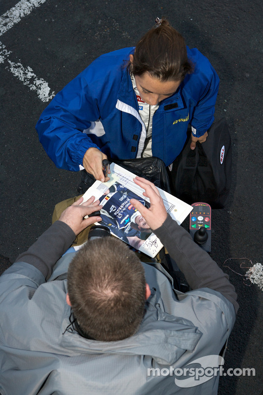 Vanina Ickx signs an autograph