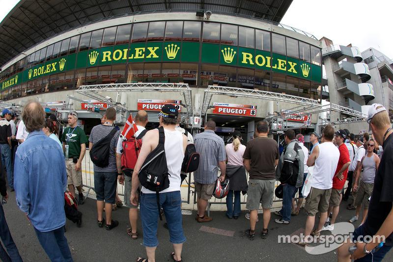 Les fans devant le garage du team peugeot total 24 for Garage peugeot le mans