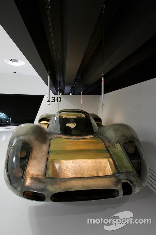 Présentation du chassis de la Porsche 908 sur le thème de l'importance de la lumière
