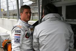 Разочарованный Ральф Шумахер, Team HWA AMG Mercedes, говорит с Герхардом Унгаром, AMG, после проигрыша в квалификации
