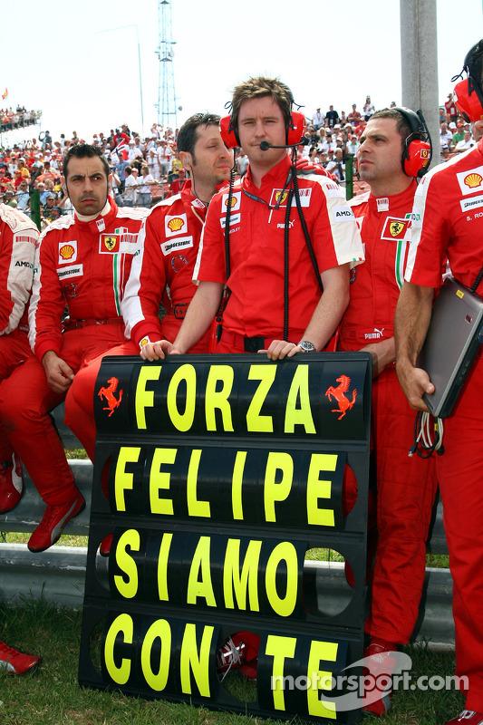 Membros da Ferrari mostram apoio a Felipe Massa