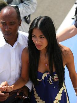 Anthony Hamilton, padre de Lewis Hamilton con Nicole Scherzinger, cantante de las Pussycat Dolls y novia de Lewis Hamilton ejecutar al podio