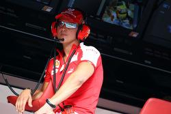 Michael Schumacher, pilote d'essais de la Scuderia Ferrari sur le mur des stands