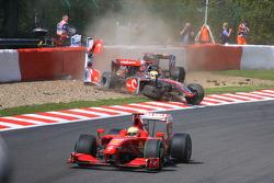 Авария в первом повороте Льюиса Хэмилтона, McLaren Mercedes и Хайме Альгерсуари, Scuderia Toro Rosso