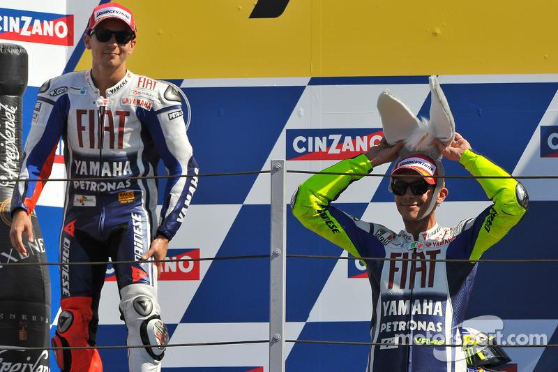 Podio: carrera de Valentino Rossi, ganador del Fiat Yamaha Team con su sombrero de burro y el segundo lugar Jorge Lorenzo, Fiat Yamaha Team