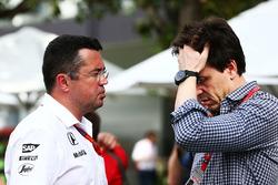 Эрик Булье, гоночный директор McLaren и Тото Вольф, руководитель Mercedes AMG F1