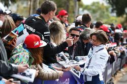 Claire Williams, Williams, stellvertretende Teamchefin, schreibt Autogramme für die Fans