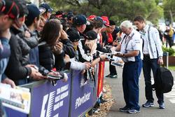 Paul di Resta, Williams-Ersatzfahrer, und Pat Symonds, Williams-Chefingenieur, schreiben Autogramme für die Fans