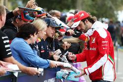 Jean-Eric Vergne, Ferrari testrijder signeert handtekeningen voor de fans