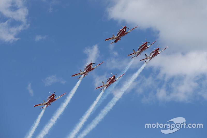 Воздушное шоу перед стартом гонки