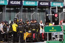 Кевин Магнуссен, Renault Sport F1 Team RS16  на пит-лейне во время действия красных флагов