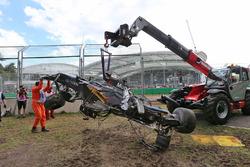 Der McLaren MP4-31 of Fernando Alonso, McLaren wird aus dem Kiebett entfernt nach dem Rennunfall