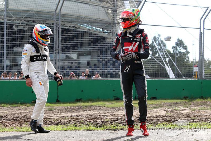 Esteban Gutierrez, Haas F1 Team, y Fernando Alonso, McLaren