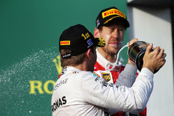 Podium: winnaar Nico Rosberg, Mercedes AMG F1 Team viert met champagne