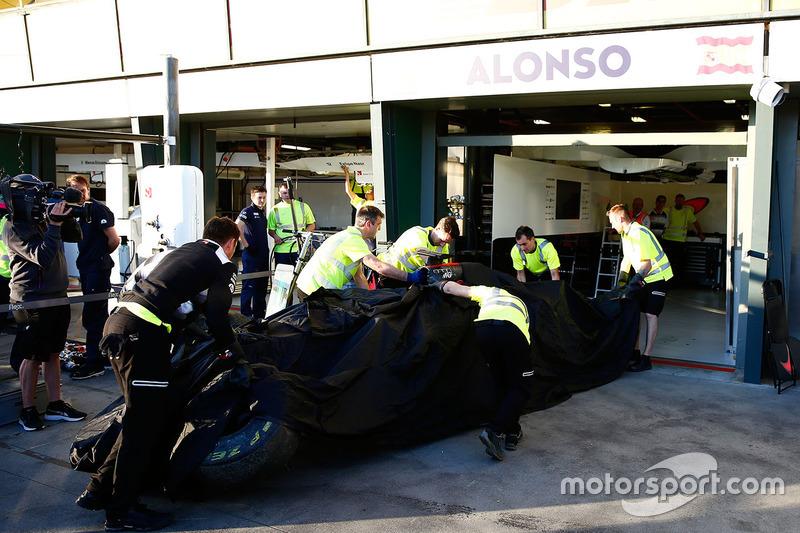 El McLaren MP4-31 of Fernando Alonso, McLaren es llevado en grúa a los pits