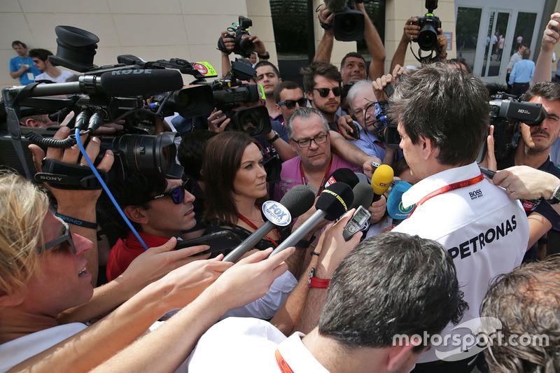 Тото Вольф, исполнительный директор Mercedes GP со СМИ