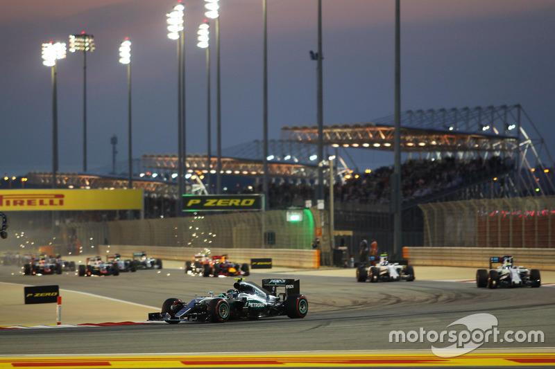 Rosberg al frente del pelotón en la salida del GP de Baréin