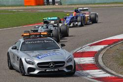 Нико Росберг, Mercedes AMG F1 Team едет за машиной безопасности