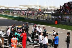 Lewis Hamilton, Mercedes AMG F1 Team W07 en la parrilla