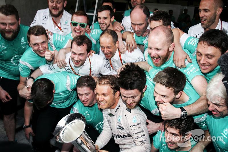 Ganador Nico Rosberg, de Mercedes AMG F1 Team celebra con el equipo