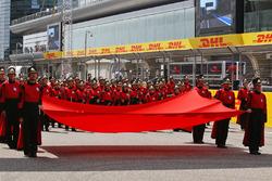 Китайский флаг на стартовой решетке