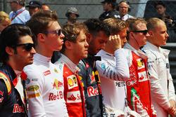 Даниил Квят, Red Bull Racing и Себастьян Феттель, Ferrari во время исполнения национального гимна