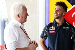 Daniel Ricciardo, Red Bull Racing con Charlie Whiting, delegado de la FIA