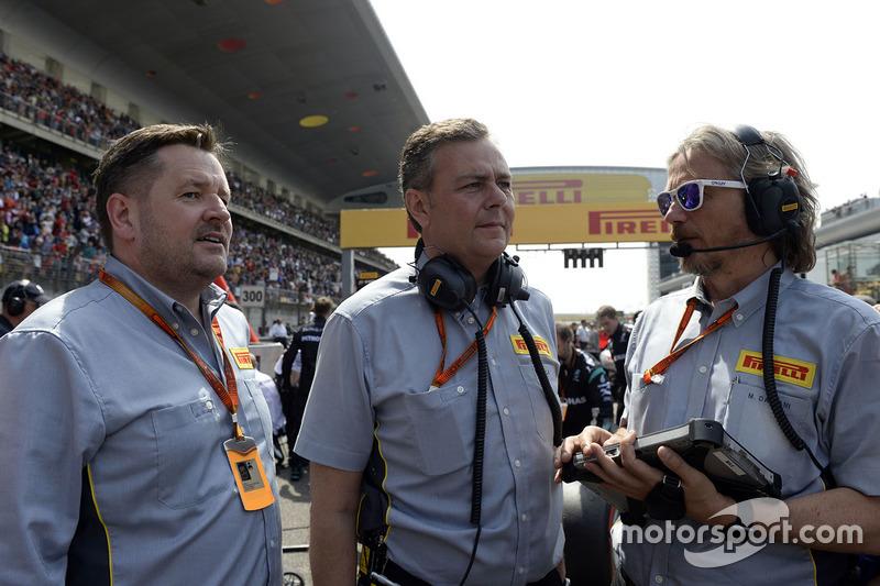 Paul Hembery, director de Pirelli Motorsport, Mario Isola, manager de Pirelli Racing y Massimiliano Damiani, ingeniero jefe de Pirelli en la parrilla