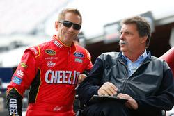 Greg Biffle, Roush Fenway Racing Ford, avec Mike Helton, vice-président de la NASCAR