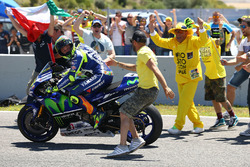 1. Valentino Rossi, Yamaha Factory Racing, mit Fans