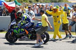 Winnaar Valentino Rossi, Yamaha Factory Racing met fans