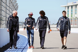 Carlos Sainz Jr. (Scuderia Toro Rosso) és John Booth, a Scuderia Toro Rosso versenymérnöke a pályabejáráson