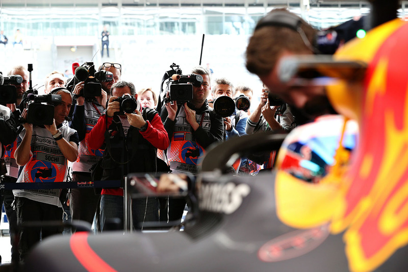 La multitud de medios alrededor de Daniel Ricciardo, Red Bull Racing RB12 con el aeroscreen