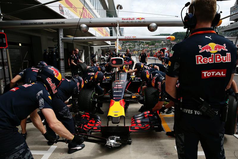 Daniel Ricciardo, Red Bull Racing RB12 con el aeroscreen en los pits