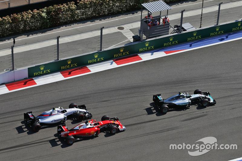 Nico Rosberg, Mercedes AMG F1 Team W07 lidera a Kimi Raikkonen, Ferrari SF16-H y a Valtteri Bottas, Williams FW38