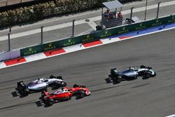 Nico Rosberg, Mercedes AMG F1 Team W07 al comando davanti a Kimi Raikkonen, Ferrari SF16-H e Valtteri Bottas, Williams FW38