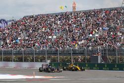 Карлос Сайнс мл., Scuderia Toro Rosso STR11 и Джолион Палмер, Renault Sport F1 Team RS16 - борьба за позицию