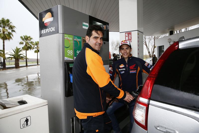 Marc Márquez, Repsol Honda Team en una bomba de gasolina