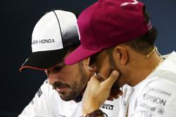 Fernando Alonso, McLaren con Lewis Hamilton, Mercedes AMG F1 en la Conferencia de prensa FIA