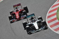 Lewis Hamilton, Mercedes AMG F1 W07 Hybrid, voor Kimi Raikkonen, Ferrari SF16-H