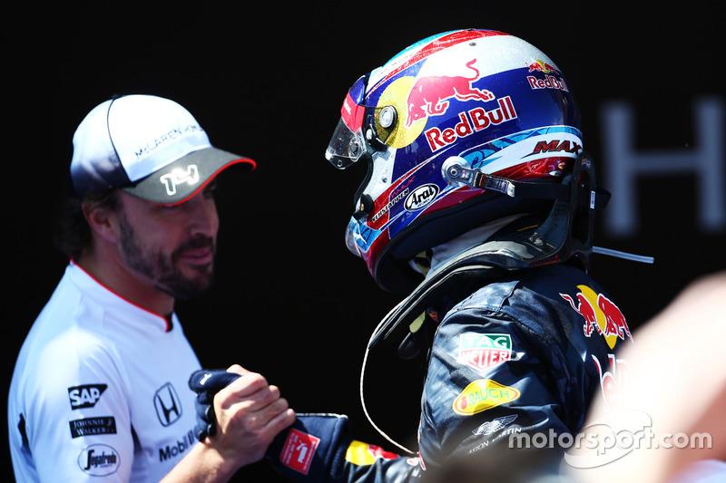 Ganador de la carrera Max Verstappen, Red Bull Racing celebra en el parc ferme con Fernando Alonso, McLaren
