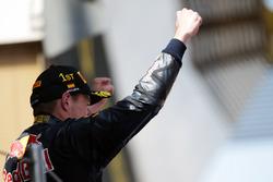 Il vincitore Max Verstappen, Red Bull Racing festeggia sul podio con lo champagne